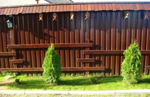 украсить забор из профнастила
