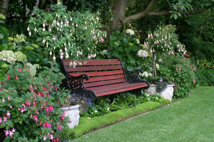 Садовая скамейка в тени деревьев