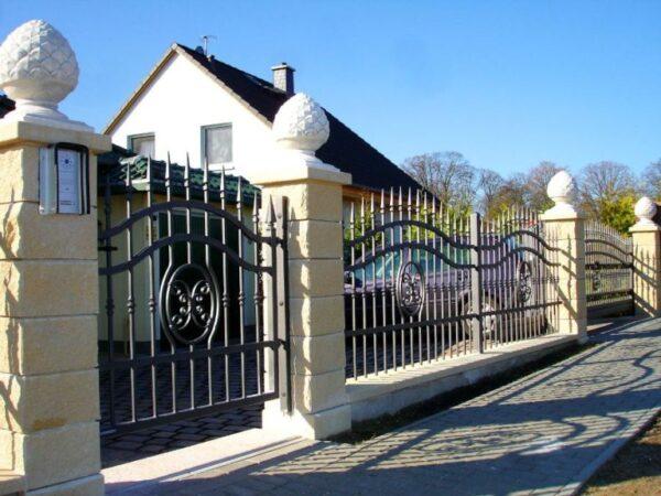 Металлический забор в классическом стиле